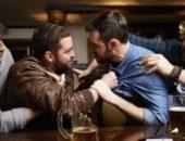 Парни за барной стойкой выясняют отношения