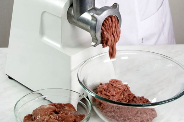 Перемалывание печени на мясорубке