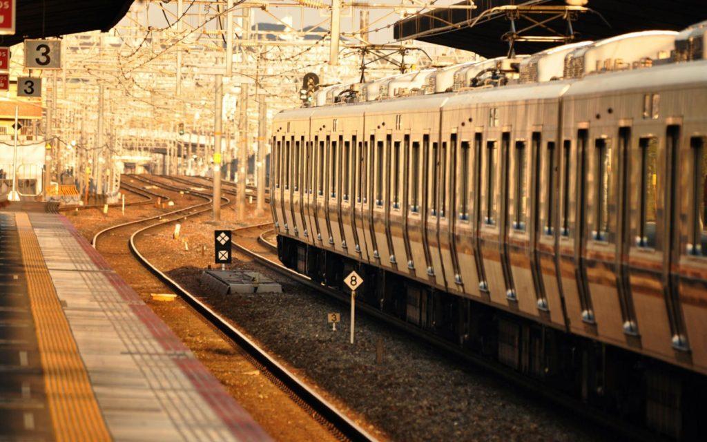 Перрон с видом на железнодорожные пути
