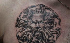 Татуировка в виде образа Перуна на груди