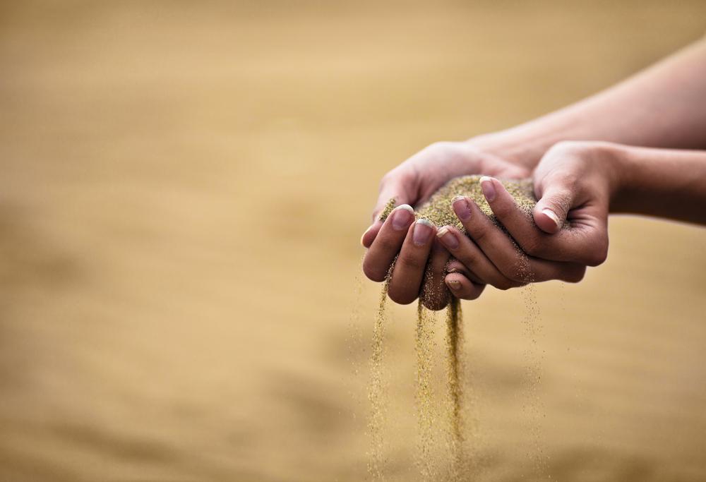 Песок сыплется из ладоней