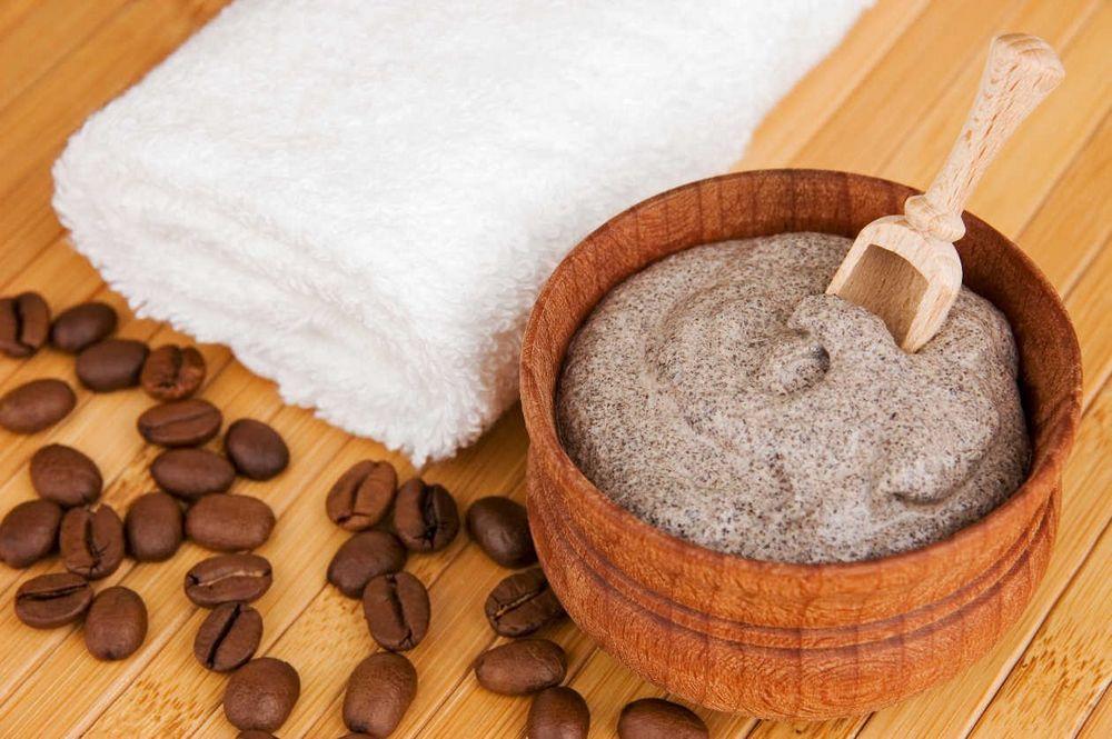 Пилинг тела на основе ряженки и кофе в деревянной посуде