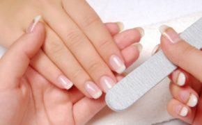 Подпиливание ногтей на женской руке