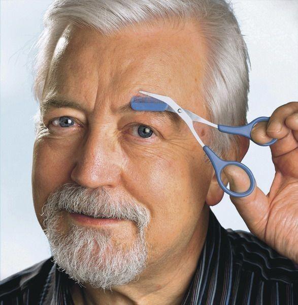 Подстригание мужских бровей с помощью специальных ножниц