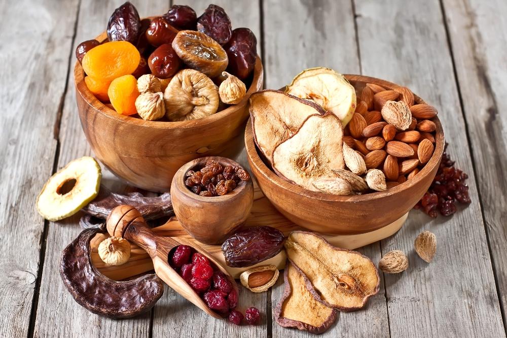 Сухофрукты и орехи на столе