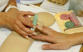 Полировка ногтя на женской руке кичином