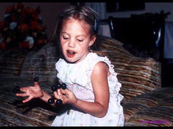 Фото Анджелины Джоли в детстве