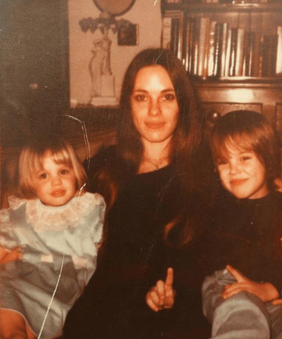 Анджелина Джоли в детстве с мамой и братом