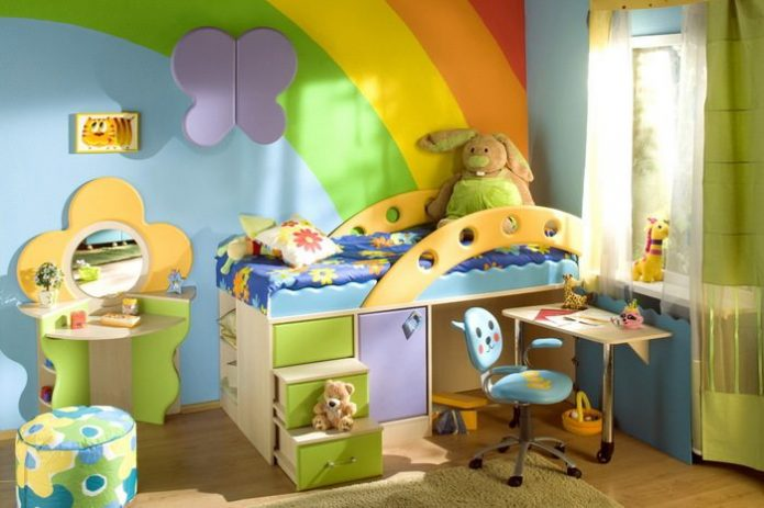 Яркая кровать с лестницей-ящиками