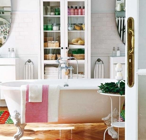 Высокие шкафы в ванной комнате