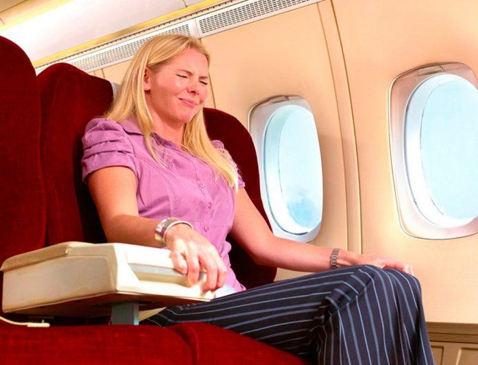 Девушка в кресле самолёта