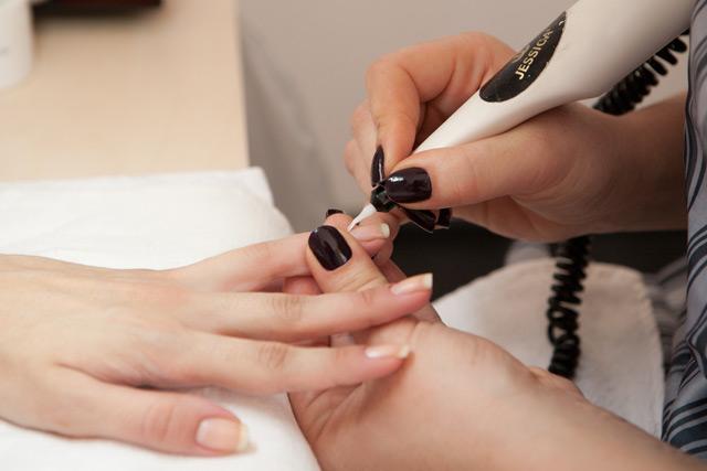 Правильное расположение насадки по отношению к ногтю