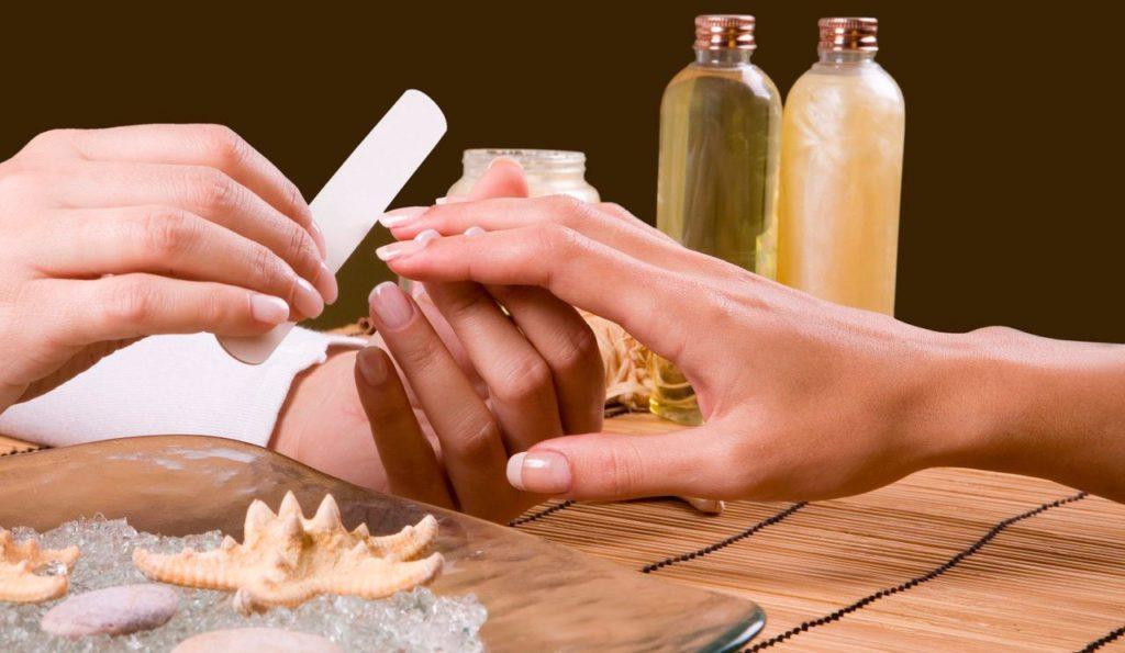 Придание формы нарощенным ногтям с помощью пилочки