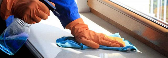 Процесс мытья подоконника