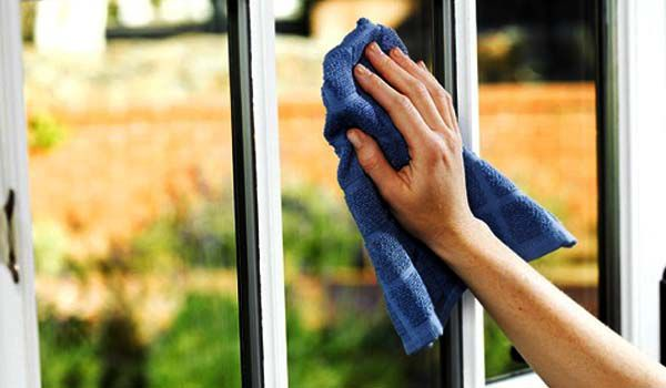Протирание окна сухой тряпкой