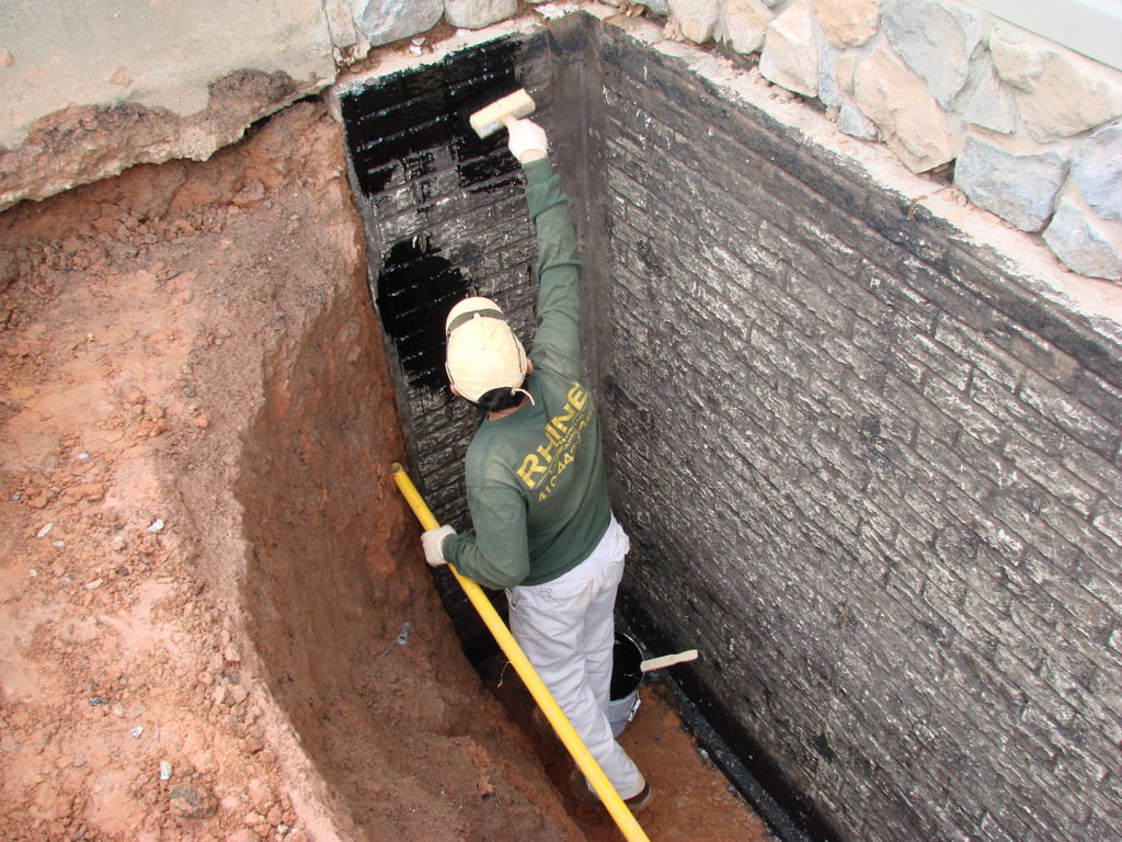 Наносят на стены подвала гидроизоляционную пропитку
