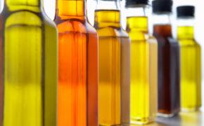 Растительные масла в прозрачных бутылках