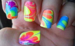 Разноцветный водный маникюр