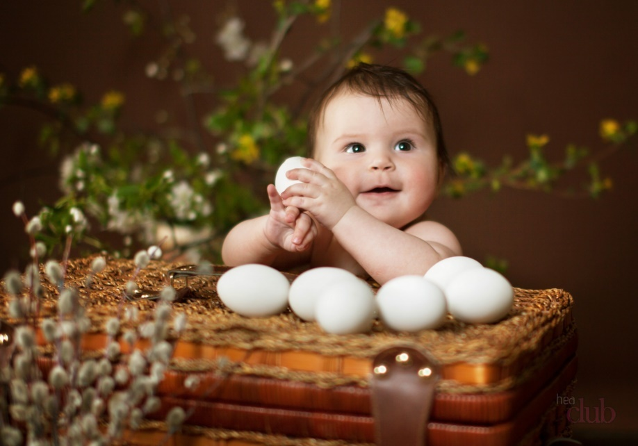 Ребёнок держит куриные яйца