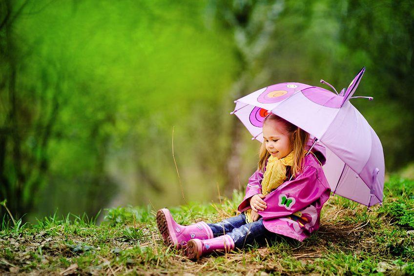 ребенок на прогулке весной