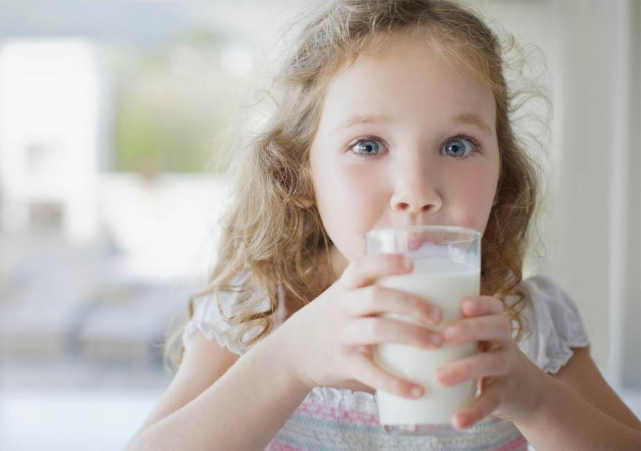 Девочка пьёт ряженку