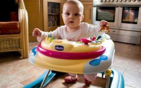 Ребёнок с ходунках Chicco жёлтого цвета с голубыми элементами