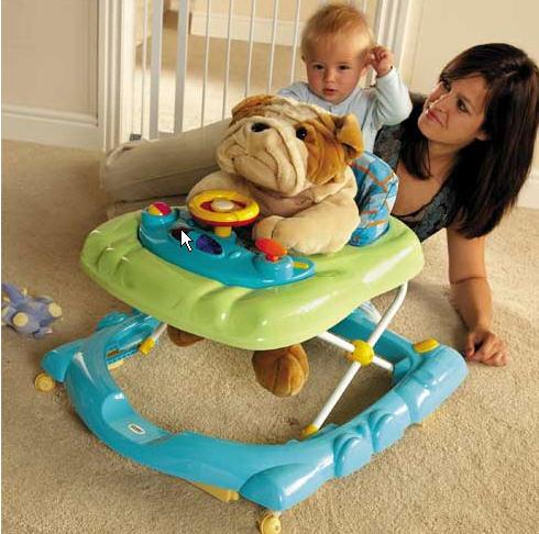 Мама знакомит ребёнка с ходунками на примере игрушки