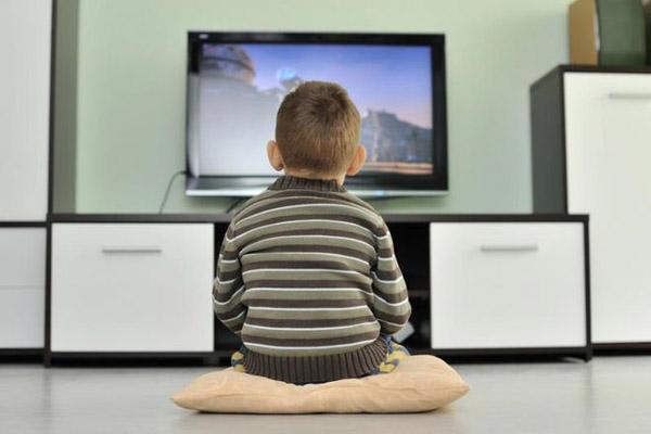 Ребенок сутулится перед телевизором