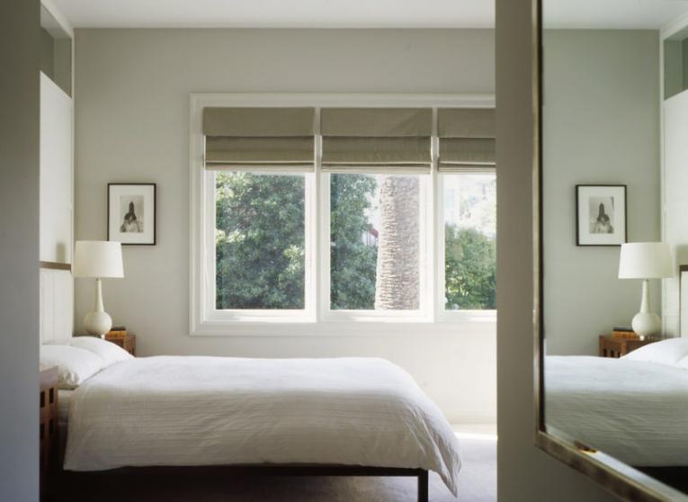 Римские шторы в светлой спальне