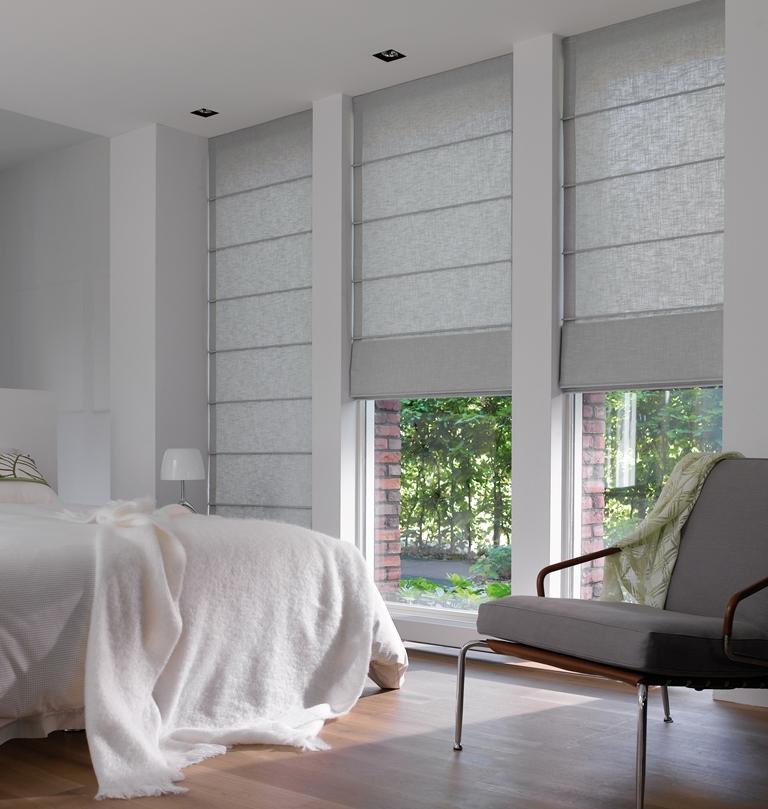 Серые римские шторы в спальне хай-тек
