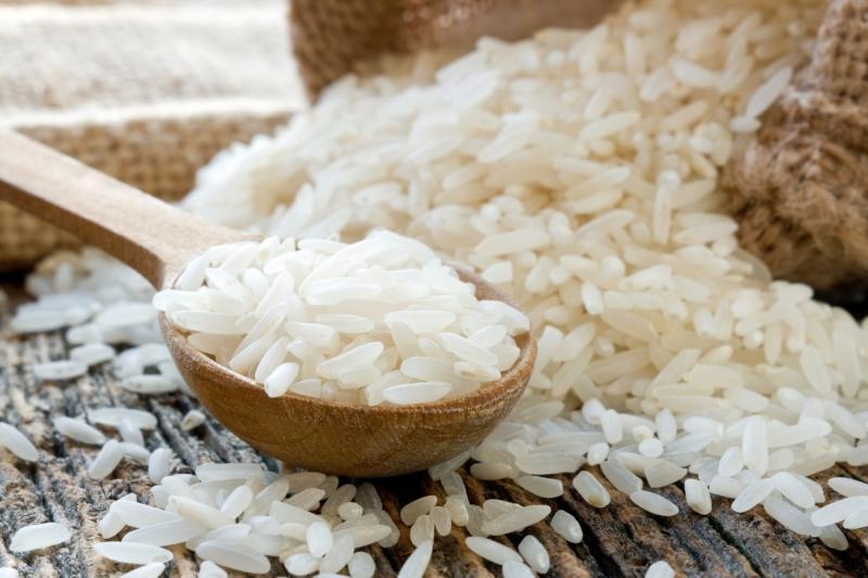 Рис в деревянной ложке