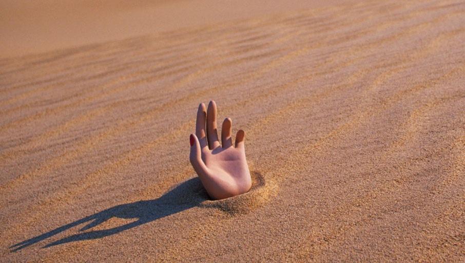 Рука в песке
