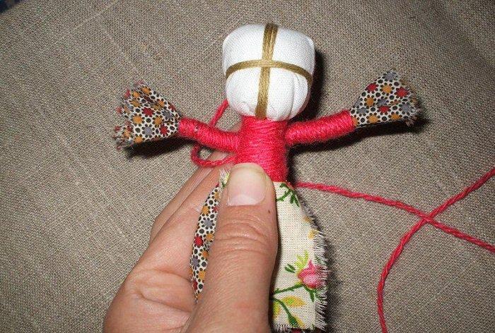 Руки куклы приматываем к туловищу
