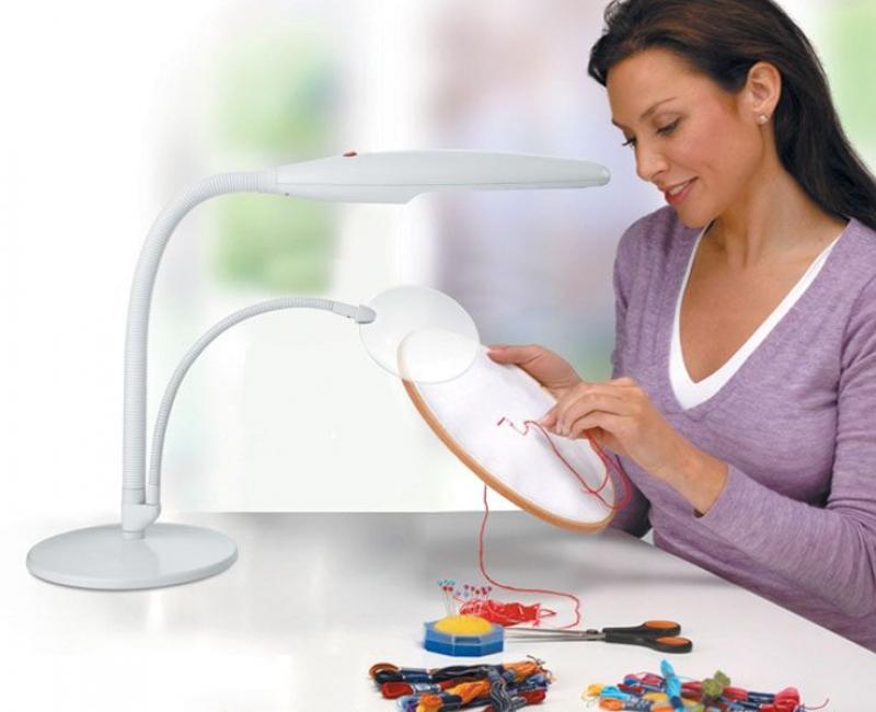 Рукодельница вышивает