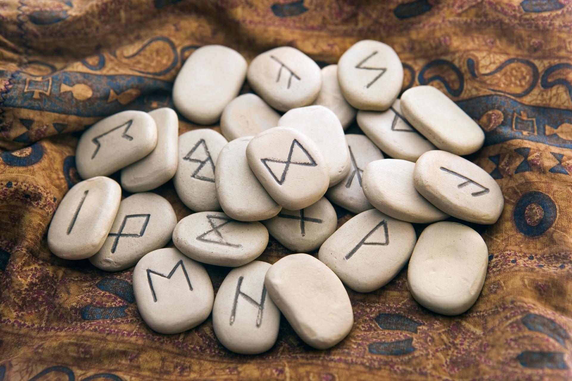 Картинка руны на камнях