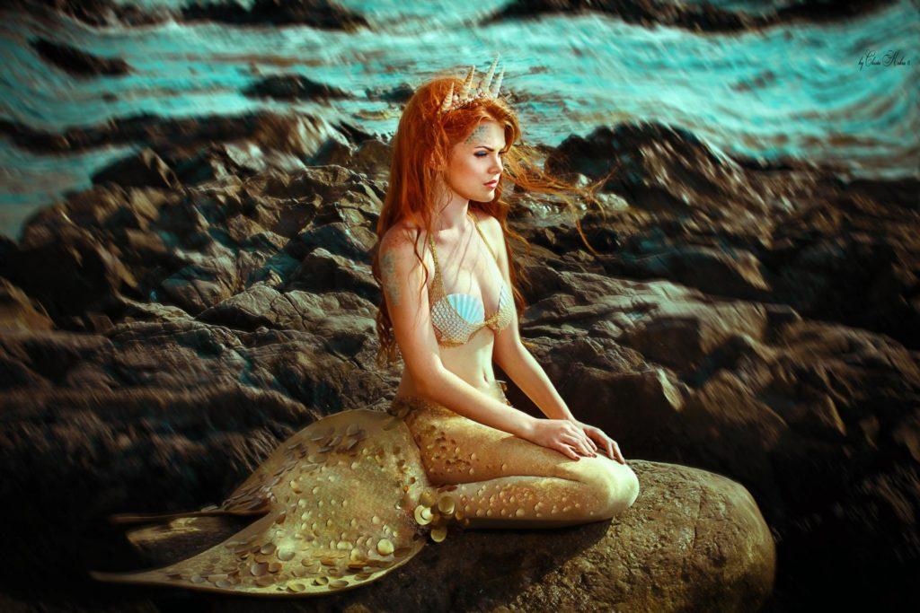 Рыжеволосая русалка на камне