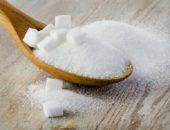 Сахар в деревянной ложке