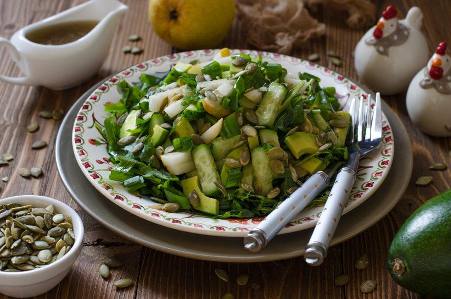 Зелёный салат с авокадо на тарелке