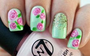 Салатовый маникюр с розовыми цветами