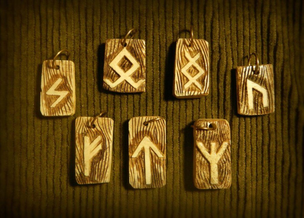 Самодельные деревянные руны-амулеты