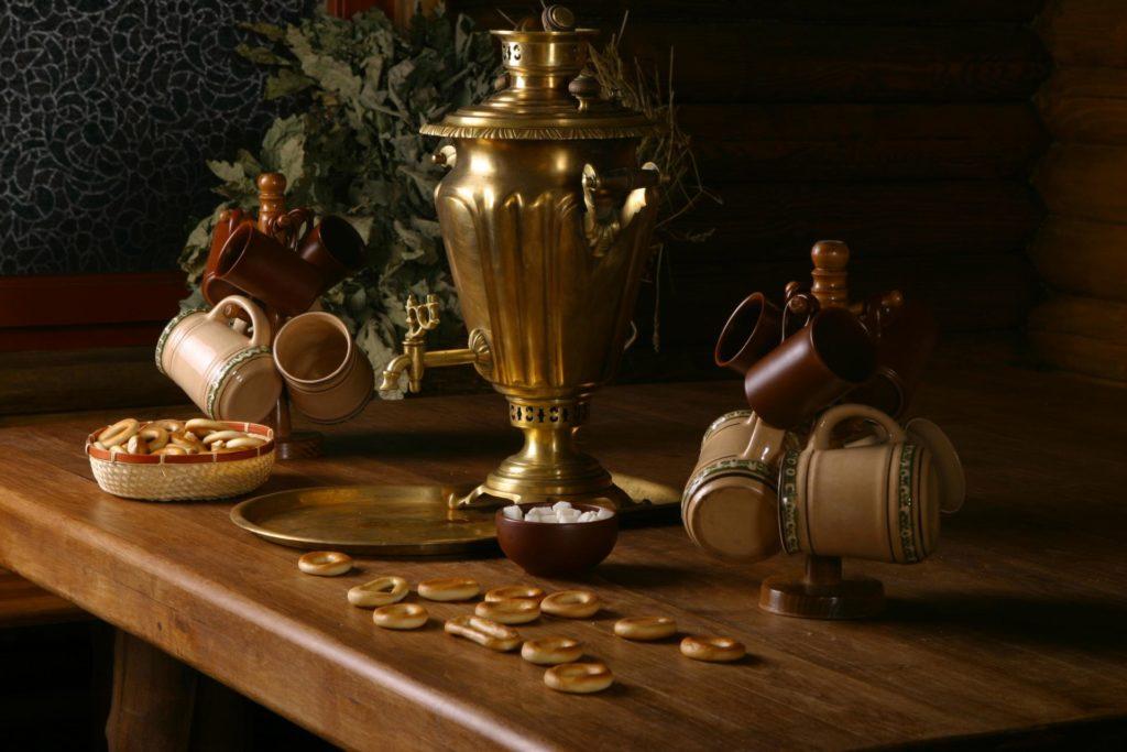 Самовар и посуда для чаепития на столе