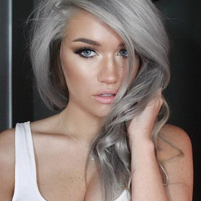 Девушка с седыми волосами