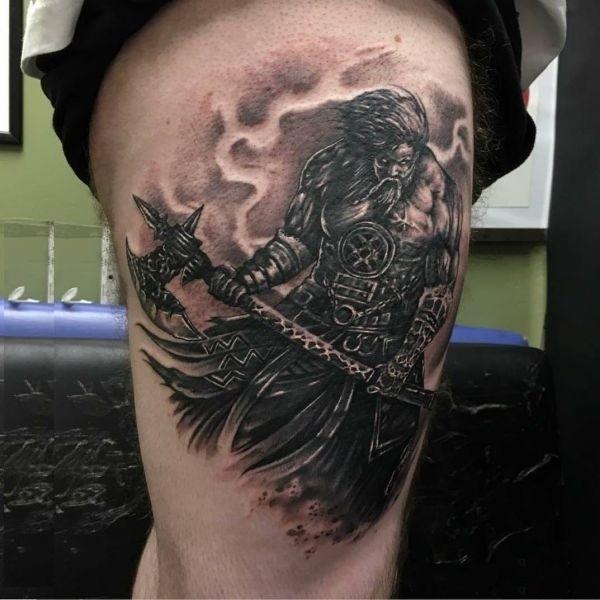 Татуировка с символом секиры Перуна