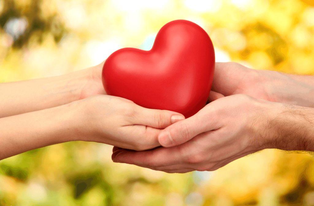 Сердечко в руках мужчины и женщины