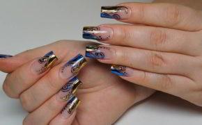 Сочетание синих и золотых узоров в маникюре