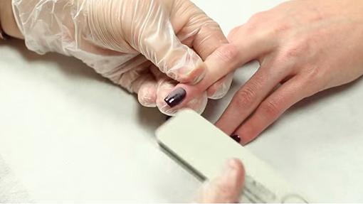 Шлифовка ногтевой пластины с помощью специальной пилки