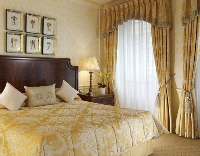 Шторы классического стиля в спальной комнате