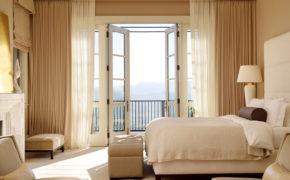 Шторы в спальне на окне с балконом