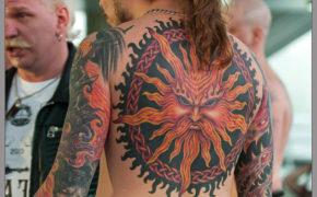 Татуировка в виде символа Ярилы на спине