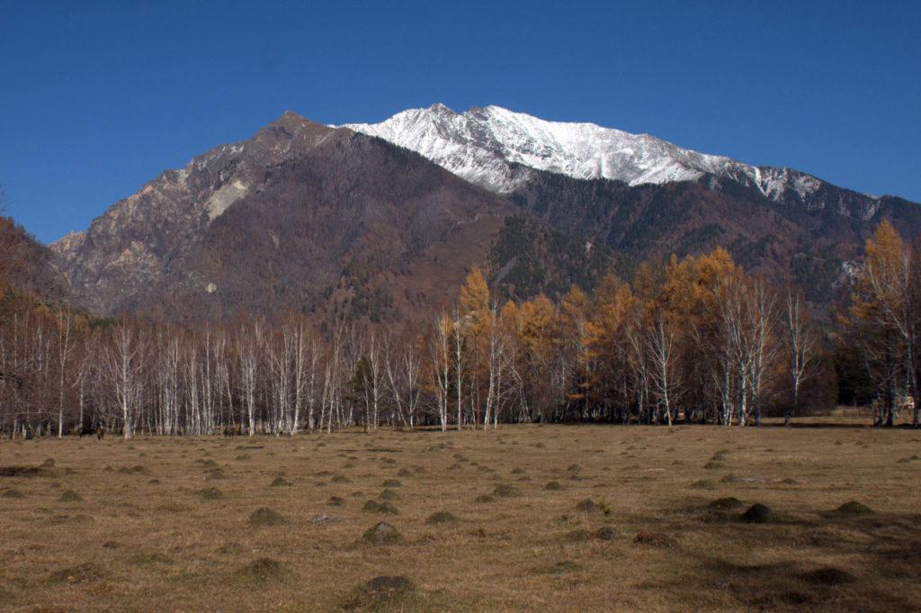Снежная шапка на вершине горы